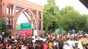 印度伊斯蘭大學學生持續大規模反公民新法示威印度國立伊斯蘭大學18日繼續在校園兩側舉行反公民法修正案示威活動,沿路的幾個校門口成為臨時的民主講壇,由學生輪番上台提出訴求。中央社記者康世人新德里攝  108年12月18日