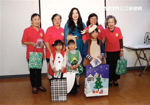 「神明代言人」魔法老師沈嶸,今(19日)帶著多名徒弟與學員,到公益團體紅心字會老人中心舉辦聖誕關懷活動。圖/記者林聖凱攝影