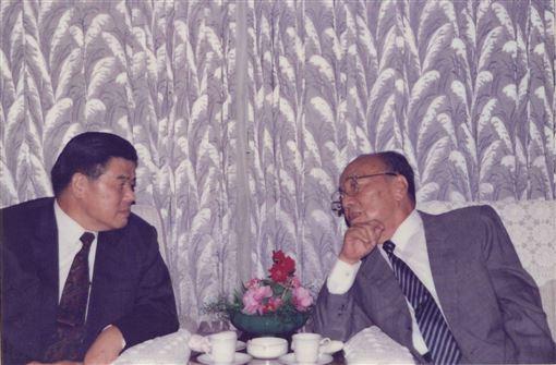 1992年9月3日下午曾永賢(左)與楊尚昆會談時合影。(圖/翻攝楊榮豐臉書)