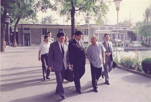 1992年9月3日下午張榮豐與曾永賢、葉選寧(前排自左一至左三)前往楊尚昆辦公室途中。(圖/翻攝楊榮豐臉書)