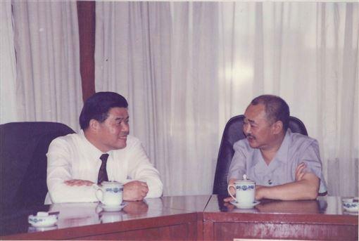 1992年9月2日夜曾永賢(左)與葉選寧的合照。(圖/翻攝楊榮豐臉書)