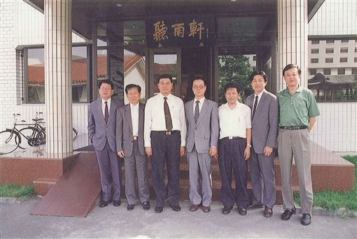 1992年9月2月張榮豐(左一)與曾永賢(左三)在「聽雨軒」前的留影。(圖/翻攝楊榮豐臉書)