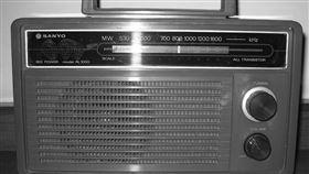 阿嬤過世後…收音機沒插電竟飄怪聲!阿公解釋原因惹哭眾人(圖/翻攝自靈異公社)