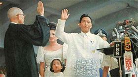 馬可仕(前白衣者)於1965年當選菲律賓總統,於1972年宣布戒嚴後,展開14年獨裁統治,被視為菲律賓貪腐最嚴重的總統。(圖取自維基共享資源網頁,版權屬公有領域)