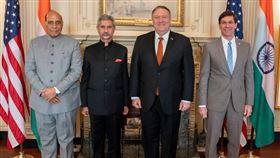 印度國防部長辛赫(左起)、外交部長蘇杰生18日與美國國務卿蓬佩奧、國防部長艾斯培在華盛頓出席印美2+2對話。(圖取自twitter.com/SecPompeo)