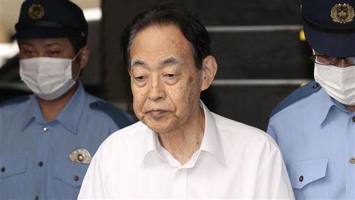 76歲的日本政府農林水產省前事務次官熊澤英昭(中)持刀殺死兒子,一審被判6年有期徒刑,東京高等法院20日罕見裁定被告以500萬日圓交保。(共同社提供)
