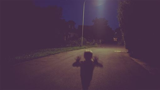 (圖/Pexels)靈異,路燈,道路