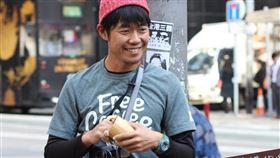 香港反送中抗爭持續數月,36歲日本男子西川昌德(圖)特地飛抵香港,為所有香港民眾送上一杯免費咖啡,希望港人能重拾笑容。(圖/翻攝自facebook.com/charimasa)