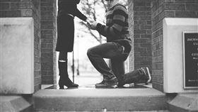 史上最尷尬!男初見女方家長被逼求婚(圖/翻攝自pixabay)