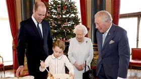 白金漢宮21日公布王室四代同堂製作耶誕節布丁的照片。喬治王子(左2)正在攪拌食材,父親威廉王子(左)、爺爺威爾斯親王(右)及曾祖母英國女王伊麗莎白二世(右2)在旁微笑看著。(圖取自facebook.com/TheBritishMonarchy)