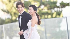 李莞與「南韓之光」高爾夫球女王李寶美婚紗曝光。(圖/翻攝自推特)