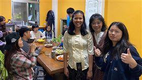 豐田曬書節 認識了解多元文化東華大學與豐田「五味屋」合作舉辦曬書節,五味屋創辦人顧瑜君(右2)說,東華大學國際學生參與此次活動,他們以家鄉美食和家鄉歌謠與在地學子分享自己國家的文化、故事與在台灣的生活體驗,並從活動中認識台灣鄉村風貌。中央社記者李先鳳攝 108年12月22日