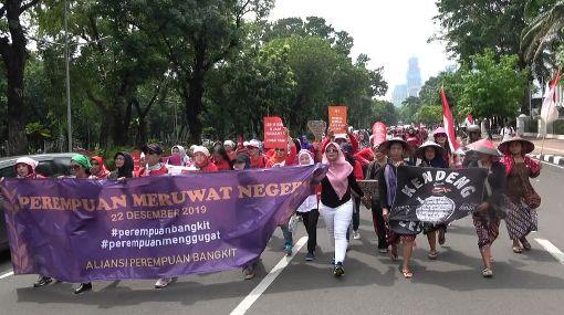 印尼女性紀念女權運動91年數百名印尼婦女22日走上街頭,要求政府終結性暴力及職場性別歧視、正視哺乳權及培育女性人才,紀念印尼女權運動91週年。中央社記者石秀娟雅加達攝  108年12月22日