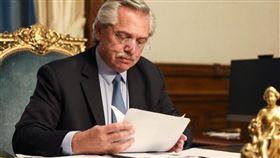 阿根廷總統艾柏托10日上任後推動第一項經濟緊急法,包含加徵出口關稅、旅遊美元稅等爭議措施,經國會挑燈夜戰火速通過。(圖取自facebook.com/alferdezok)