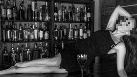 正妹,酒吧,舞者,吧檯,喝酒(示意圖/翻攝自pixabay)