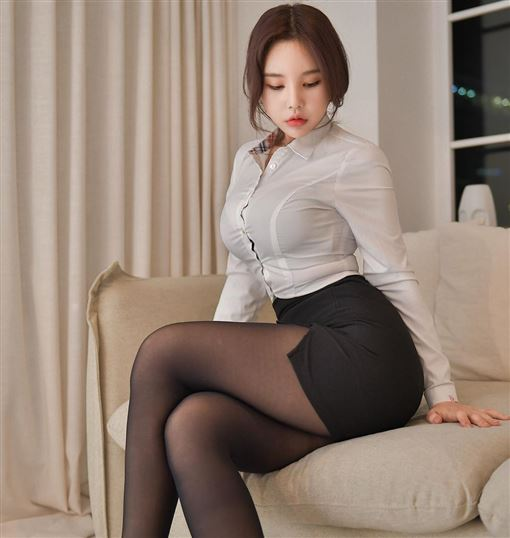 娛樂中心/綜合報導  近日網路上流傳一組超性感的透視照,只見這名網美穿著性感OL服,胸前的扣子還疑似因為上圍太豐滿而無法扣起來,照片曝光後也被網友神出是一名韓國網紅,不過他可不是單純網紅,同時也是一名物理治療師,消息曝光後,讓網友直呼「想給她去看一下身體了!」    ▼▲(圖/翻攝自Da seul IG)