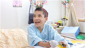 緬甸鴨掌男孩想單手寫字 台灣醫師幫忙圓夢今年15歲的緬甸男孩張子墨患有先天性手掌五指骨並連的疾病,手就像鴨掌一樣,不論做什麼事情,都必須兩手合作,生活相當不便。新光醫院資助他來台手術,圓單手寫字夢想。(新光醫院提供)中央社記者陳偉婷傳真 108年12月23日