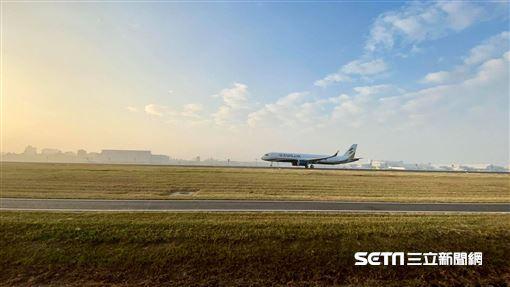 星宇航空二號機降落高雄小港機場照片(讀者陳小姐授權提供)