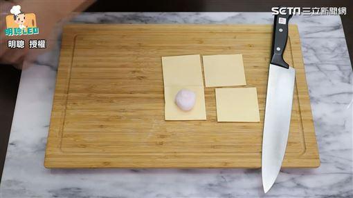 ▲將酥皮切成四個正方形大小。(圖/明聰 授權)