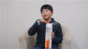 日本神奈川縣平塚市立吉澤小學6年級學生守田貫一郎,因為發明「曬衣夾收納筒」獲得專利。(圖取自twitter.com/hiratsukagood)