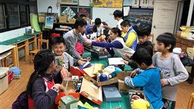耶誕節鞋盒傳愛  為陪讀班學童帶來驚喜基督教救助協會發起鞋盒傳愛活動,獲得企業團體響應,送上禮物給陪讀班的學童,讓他們能感受到被看重、被關心的喜樂,開心過耶誕。(基督教救助協會提供)中央社記者許秩維傳真  108年12月23日