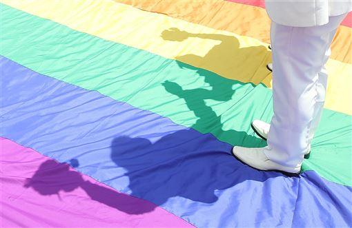 台灣2019年5月成為亞洲第一個同性婚姻合法化的地區,迄今已有超過2000對同性伴侶登記結婚,促使商業代孕機構紛紛來到台灣協助更多想要生兒育女的LGBT+伴侶。(中央社檔案照片)