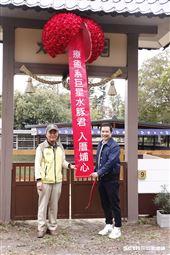 三立影城董事長張榮華與頑皮世界副總李英俊為水豚君入村揭幕。(圖/記者林聖凱攝影)