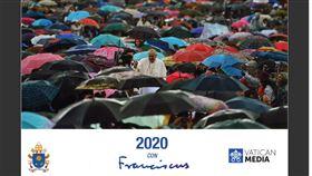 暗撐香港 教宗月曆封面選用撐傘群眾照片教廷2020年官方出版的教宗月曆封面是教宗與一群「撐著雨傘」的群眾合照,被觀察家解讀是暗撐香港。圖為翻攝月曆封面。中央社記者黃雅詩梵蒂岡傳真 108年12月23日