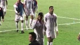 瞇瞇眼笑香港人 巴林足球隊後衛被控歧視遭禁賽(圖/翻攝自推特)