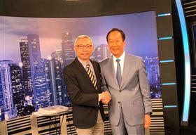 ▲鴻海創辦人郭台銘(右)接受電視專訪並與提問人范世平合影。(圖/翻攝范世平臉書)