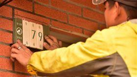 東引換發陶瓷門牌  展現在地特色意象馬祖東引鄉門牌近期換發,改成陶瓷材質取代原有金屬製門牌,陶片顏色呼應東引夏天海水的藍綠色、青斗石的青色,以及凹葉柃木的葉子,色調簡潔樸實。(東引鄉公所提供)中央社 108年12月24日