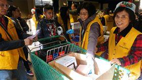 僑胞鮑潘曉黛創立的「幫幫忙基金會」21日與山麓聯合中心(Foothill Unity Center)合辦活動,發放物資給低收入家庭。中央社記者林宏翰洛杉磯攝 108年12月24日