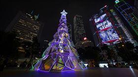 反送中陰霾未散 香港耶誕失去光彩香港今年耶誕節因為「反送中」陰霾籠罩,失去昔日光彩。圖為旅發局在中環樹立的聖誕樹,仍增添少許節日氛氛。(香港旅發局提供)   中央社記者張謙香港傳真 108年12月24日
