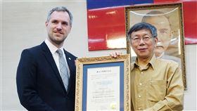 布拉格市長拜會柯文哲自稱「台灣迷」的捷克布拉格市長賀瑞普(Zdenek Hrib)(左)28日上午拜會台北市長柯文哲(右),並獲贈「榮譽市民狀」。中央社記者梁珮綺攝  108年3月28日