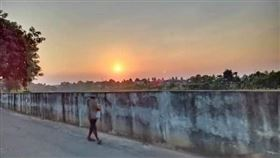 夕陽,拍照,靈異照片,無頭,斷頭,鬼影(圖/翻攝自Nicha Cha Cha Nirasawong臉書)