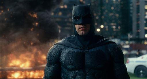 記者邱于倫/綜合報導  以《暮光之城》系列電影而走紅的英國男星羅伯派汀森(Robert Pattinson)在後來星運不錯,繼續與名導大衛柯能堡、韋納荷索等導演有合作。近日正忙著宣傳恐怖片新作《燈塔》的他,也即將接棒班艾佛列克,成為「新蝙蝠俠」,披上DC影業最帥氣的角色。近日接受英國媒體採訪,交出一張「自評成績單」,卻意外發現這位英國男孩私下相當沒自信。    ▼▲(圖/翻攝自imdb)  羅伯派