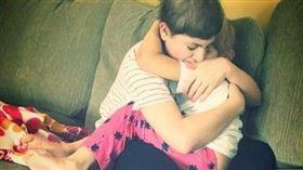 腦癌小哥哥自知病危 心疼緊擁同病幼妹「加油活下去」 臉書