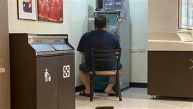 提款機,ATM,超商,霸佔,電動,機台 圖/翻攝爆怨公社