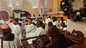 全球朝聖者今日聚集在基督教聖地伯利恆(Bethlehem)慶祝耶誕節。(圖/翻攝自custodiaTS推特)