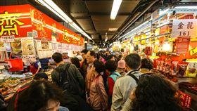 南門市場改建前辦年貨(1)台北市南門市場改建前最後一次辦年貨,3日上午不少民眾前來採買年節商品,市場內湧入大批人潮。中央社記者謝佳璋攝 108年2月3日