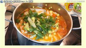 韓國婆婆教煮韓式部隊鍋。(圖/台韓夫妻-熊啾啾Bear Ju臉書授權)