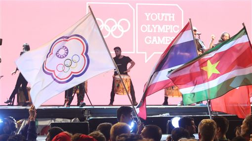 青奧閉幕 李孟恩掌旗(2)為期12天的青年奧運會18日(當地時間)落幕,「派對」的同歡概念依舊是閉幕式主軸,中華代表團由跆拳道銀牌好手李孟恩(中)掌旗。中央社記者張新偉布宜諾斯艾利斯攝 107年10月19日