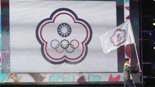 青奧街頭開幕 中華隊湯智鈞掌旗(3)為期12天的2018年青年奧運會6日(當地時間)在阿根廷著名地標方尖碑廣場揭幕,中華隊由射箭好手湯智鈞掌旗。中央社記者張新偉布宜諾斯艾利斯攝 107年10月7日