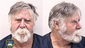 美國科羅拉多州一名蓄白鬍的男子奧立佛(圖)因涉嫌搶劫銀行被拘留。目擊者說,奧立佛當時步出銀行,從袋裡把錢往外扔,然後大吼「耶誕快樂」。(圖取自twitter.com/CSPDPIO)