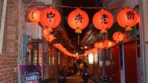 馬公中央街點燈(1)澎湖馬公中央老街24日晚間點燈,大紅紅燈籠高高掛,讓澎湖亮起來,也為年貨大街揭開序幕。中央社 108年12月24日