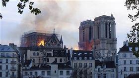 猛烈火勢侵襲巴黎聖母院  恐面臨長期修復位於巴黎市正中心的聖母院失火,館藏珍寶大致倖免,建築結構也算救回,但屋頂燒燬,一座尖塔倒塌,火災範圍不小,可能要數年時間修復。中央社記者曾依璇巴黎攝  108年4月15日