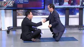 膝蓋走路,劉寶傑,吳子嘉(圖/翻攝自關鍵時刻YouTube)