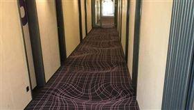 入住飯店遇「超魔性」地毯!強迫症患者崩潰:要用生命來走(圖/翻攝自爆廢公社二館)