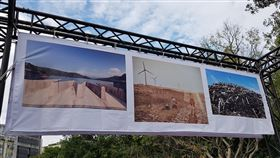 台三線地景搬到二二八公園展出(1)客家委員會邀請多名國內外攝影師深入客庄拍攝台三線人文風景,從上千張照片中精選出150張,26日起至2020年1月5日在台北二二八和平公園戶外展出。圖為展出的攝影作品。中央社記者鄭景雯攝 108年12月26日
