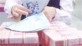 海外資金專法上路逾4個月,財政部長蘇建榮26日表示,截至20日,申請匯回資金已達新台幣445億元。(中央社檔案照片)